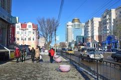 布拉戈维申斯克,俄罗斯, 2017年10月, 21日 走在50年街道上的人们10月在布拉戈维申斯克 免版税库存照片
