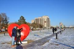 布拉戈维申斯克,俄罗斯, 2017年10月, 21日 采取在发光的心脏背景的人一selfie在堤防的  免版税图库摄影