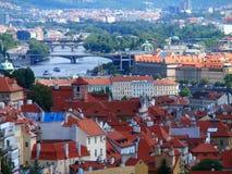 布拉格、屋顶和桥梁,布拉格,捷克看法  免版税库存照片