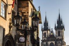 布拉格、老城镇厅我们的夫人Tyn镇中心和教会早晨 免版税库存图片