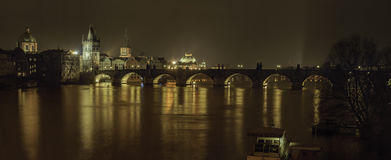 布拉格一个最佳的看法在与桥梁的夜之前 免版税库存照片