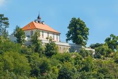 布拉格与各种各样的大厦、塔和纪念碑的都市风景视图 免版税库存图片