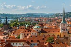 布拉格与各种各样的大厦、塔和纪念碑的都市风景视图 图库摄影