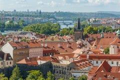 布拉格与各种各样的大厦、塔和纪念碑的都市风景视图 免版税库存照片