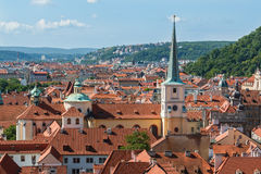 布拉格与各种各样的大厦、塔和纪念碑的都市风景视图 库存图片