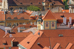 布拉格与各种各样的大厦、塔和纪念碑的都市风景视图 库存照片