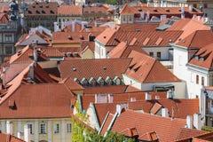 布拉格与各种各样的红色屋顶的都市风景视图 库存照片