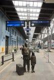 布拉格主要火车站或普拉哈hlavni nadrazi的古铜色雕象czechia家庭人民 免版税库存照片