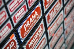 布拉格传统路牌纪念品 免版税库存照片