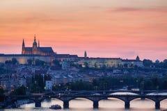 布拉格全景有红色屋顶的从在黄昏的夏日上, 免版税库存图片