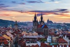 布拉格全景有红色屋顶的从在黄昏的夏日上, 库存照片