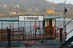 布拉格公共交通工具-小船/轮渡在伏尔塔瓦河河,捷克,欧洲 库存图片