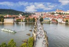 布拉格和查尔斯桥梁顶视图在晴朗的夏日 库存图片