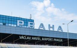 布拉格国际机场-终端1 -在2019年在一明亮的好日子和商标-采取的标志 库存照片