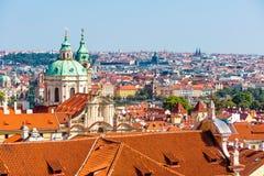 布拉格圣尼古拉斯都市风景和教会  cesky捷克krumlov中世纪老共和国城镇视图 免版税库存图片