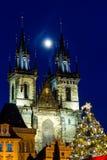 布拉格在老镇中心的圣诞节市场有哥特式泰恩河大教堂的 免版税库存图片