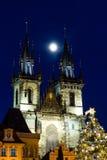 布拉格在老镇中心的圣诞节市场有哥特式泰恩河大教堂的 图库摄影