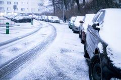 布拉格在雪下的市街道 驾车在飞雪路 雪灾难在城市 汽车包括雪 冬天 免版税库存照片