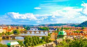 布拉格地平线全景视图与查尔斯桥梁和伏尔塔瓦河河的 免版税库存照片