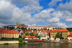 布拉格城堡、哥特式样式、最大的古老城堡在世界和查理大桥,修造在中世纪时期,移动的小船, Su 免版税库存图片