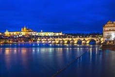 布拉格城堡、查尔斯桥梁和伏尔塔瓦河的晚上视图 免版税库存图片