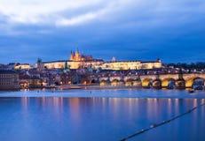 布拉格城堡、查尔斯桥梁和伏尔塔瓦河riv的看法 图库摄影