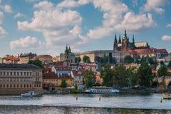 布拉格城堡和圣徒Vitus大教堂看法  库存照片