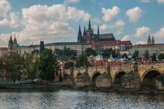 布拉格城堡和圣徒Vitus大教堂美丽的景色  库存照片
