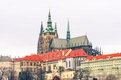 布拉格城堡和圣Vitus大教堂遥远的视图 免版税库存图片