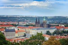 布拉格城堡和圣Witt大教堂全景  布拉格 cesky捷克krumlov中世纪老共和国城镇视图 免版税库存照片