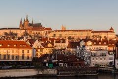 布拉格城堡和大厦在一点处所早晨 免版税库存照片