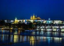 布拉格城堡和查尔斯桥梁的蓝色小时图片 库存照片