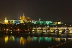 布拉格城堡和查理大桥在晚上,捷克 免版税库存照片