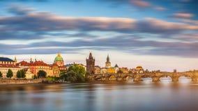 布拉格城堡和查理大桥日落的在布拉格,捷克语 免版税库存照片