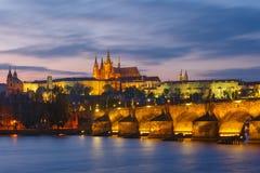 布拉格城堡和查理大桥日落的,捷克 免版税库存照片