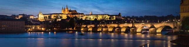布拉格城堡和查理大桥都市风景黄昏的 免版税图库摄影