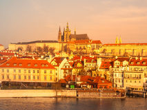 布拉格城堡和金黄日出照亮的伏尔塔瓦河河,布拉格,捷克 免版税图库摄影