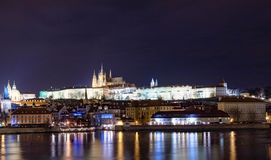 布拉格城堡在chistmas的晚上 免版税库存图片