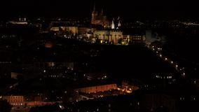布拉格城堡堡垒4k空中寄生虫在夜之前 股票视频