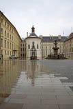 布拉格城堡的第二个庭院与圣洁十字架的喷泉和教堂,布拉格,捷克 免版税库存照片
