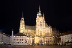 布拉格城堡的St Vitus大教堂在夜之前 库存照片