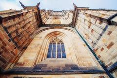 布拉格城堡的St Vitus大教堂在晴朗清楚的蓝天下 免版税库存照片