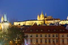 布拉格城堡看法与圣Vitus大教堂的在晚上 cesky捷克krumlov中世纪老共和国城镇视图 免版税库存照片