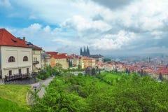 布拉格城堡看法与圣Vitus大教堂的从Petrin小山 库存图片