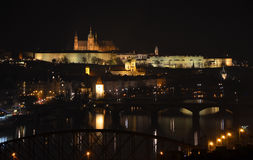 布拉格城堡看法横跨河伏尔塔瓦河的在晚上 免版税库存照片