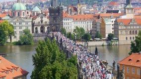 布拉格城堡视图,人走的横渡的查尔斯桥梁,捷克共和国 影视素材