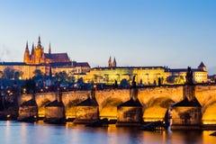 布拉格城堡(编译在哥特式样式)和查尔斯桥梁是捷克首都的符号,建立在中世纪时期 微明v 免版税库存照片
