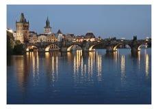 布拉格塔和桥梁在夜之前 免版税库存图片