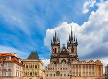 布拉格大厦老镇,捷克 有历史的经济公寓住宅的Tyn教会 库存图片