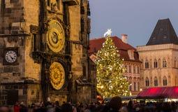 布拉格天文学时钟和圣诞树 库存照片